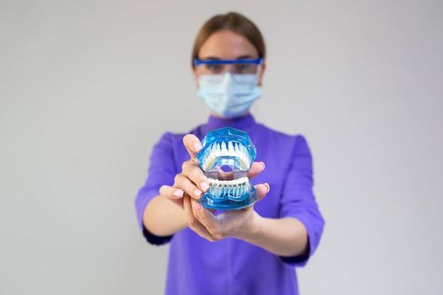 Exames dentários, o ortodontista verifica seus dentes e aparelho na clínica