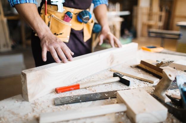 Examinando a qualidade da tábua de madeira
