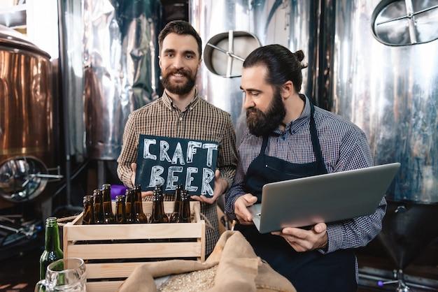 Examinando cerveja artesanal cervejaria trabalhadores ale qualidade.