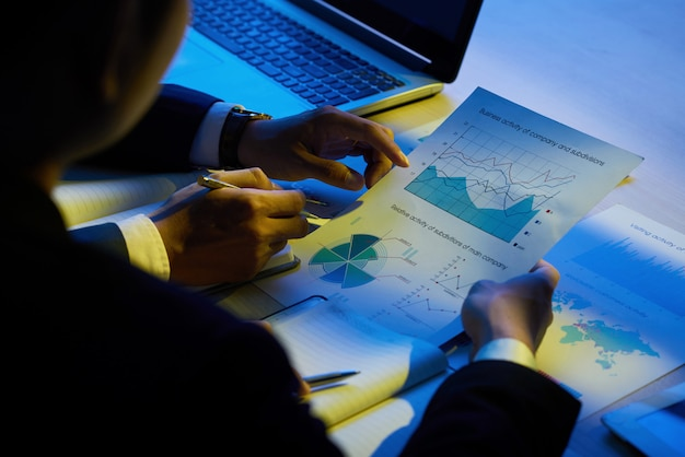 Examinando documentos comerciais