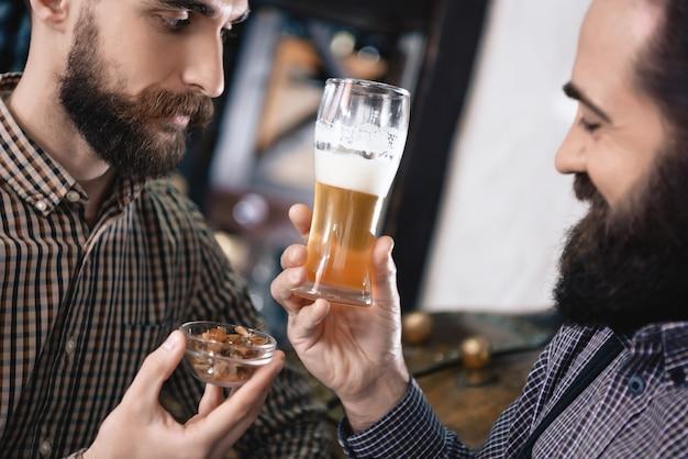 Examinando lager beer e hop de alta qualidade.