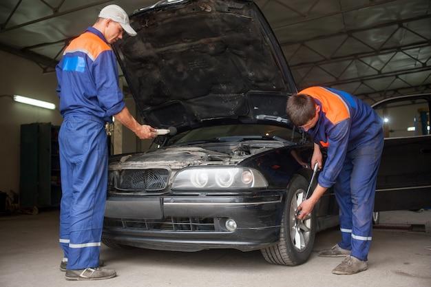 Examinando o carro na oficina de reparação automóvel