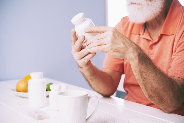 Examinando o frasco de comprimidos