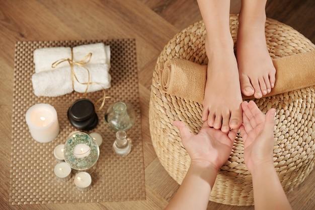 Examinando os pés do cliente