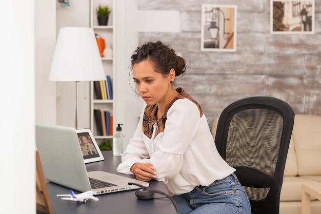 Exausto empresário feminino enquanto trabalhava em casa.
