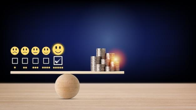 Excelente experiência de classificação de cinco estrelas de negócios com ícone de rosto sorridente e dinheiro empilhando moedas no balanceamento de gangorra, o que significa que os negócios ganham dinheiro após a satisfação do cliente