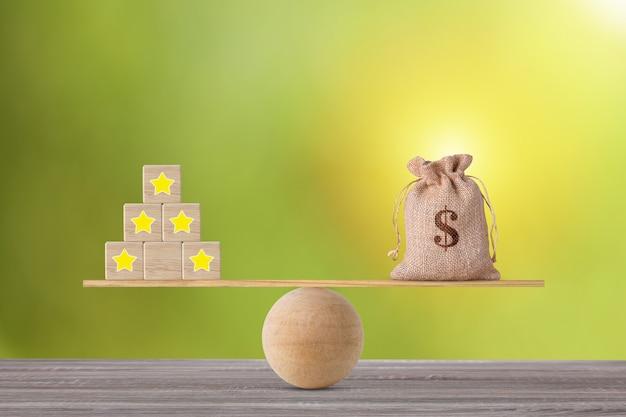 Excelente experiência empresarial de classificação de cinco estrelas em bloco de madeira com saco de dinheiro em balanço de gangorra