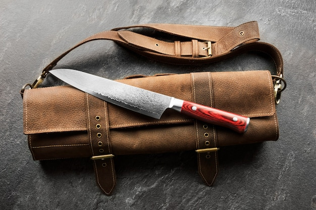Excelente faca de cozinha japonesa em aço damasco. vista de cima
