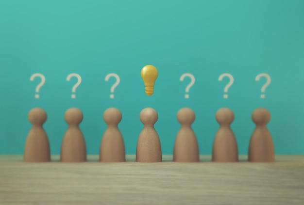 Excelente modelo de pessoas de papel com o ícone de lâmpada e símbolo de ponto de interrogação