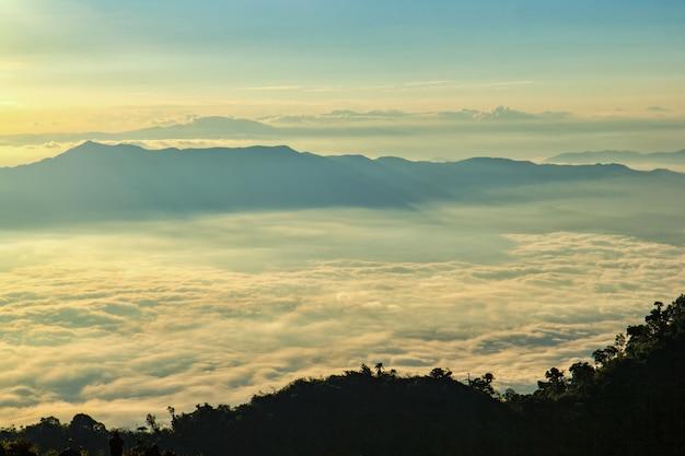 Excelente vista do nevoeiro em doi luang chiang dao