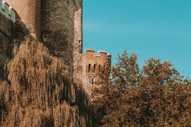 Excelente vista sobre a parte do antigo castelo na romênia