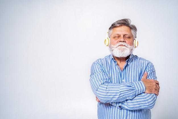 Excêntrico homem sênior com um retrato de expressão engraçada na superfície