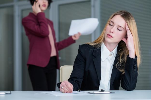 Excesso de trabalho, fadiga, mulher cansada, espaço de trabalho de escritório