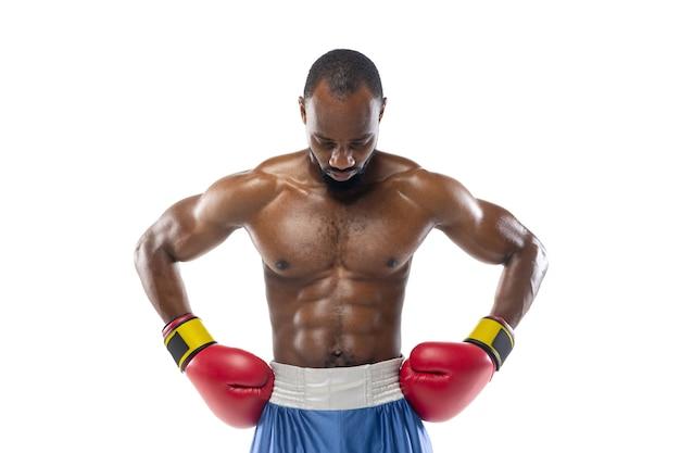 Excitação emoções brilhantes e engraçadas de boxeador afro-americano profissional isolado