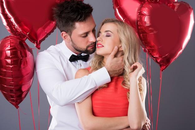 Excitação entre o homem e sua linda mulher