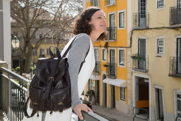 Excitado, turista feminino, admirar, vista, de, sacada