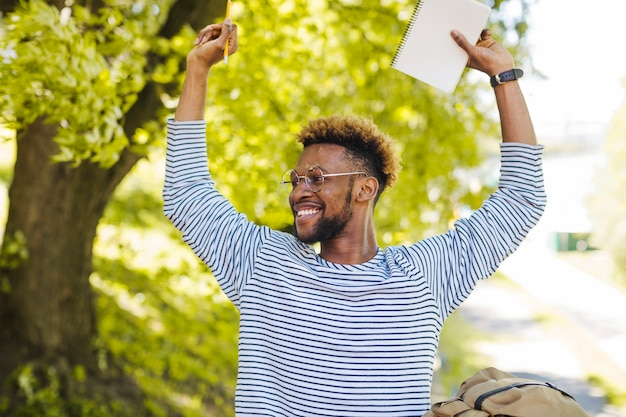 Excited black man posando com mão sup