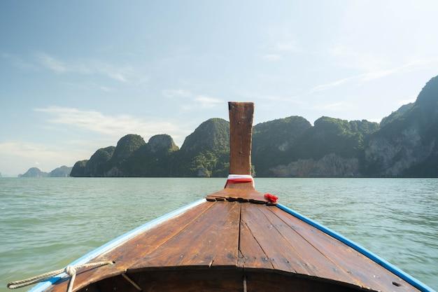 Excursão de barco de cauda longa na baía de phang nga, tailândia.