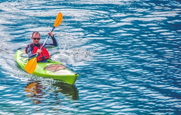 Excursão do lago kayak
