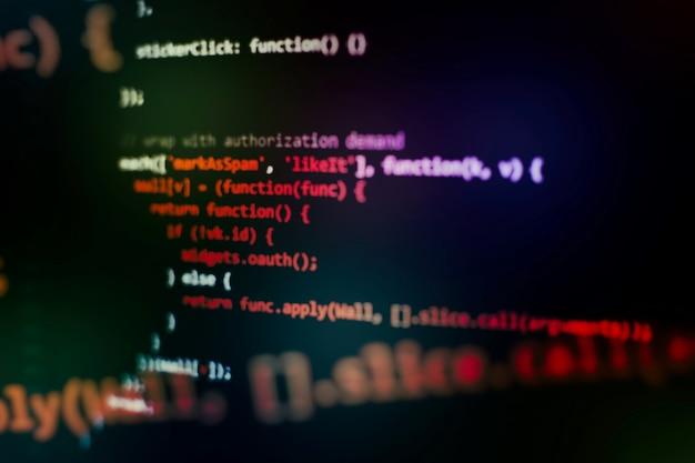 Execução de dados do computador / programação www. texto do script de codificação na tela. foto de close up do caderno.
