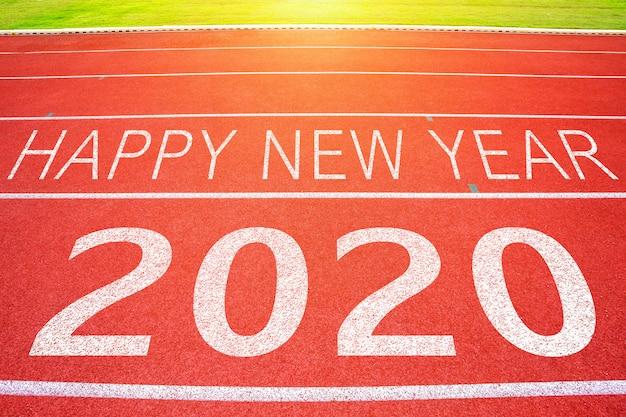 Execução de pista com texto de feliz ano novo de 2020