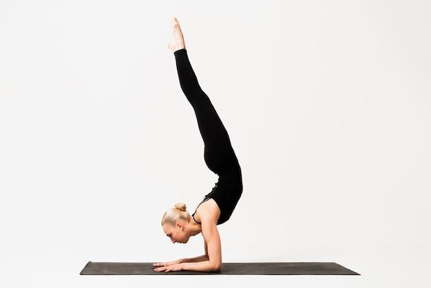 Execução de posição de vela de aula de ioga interior