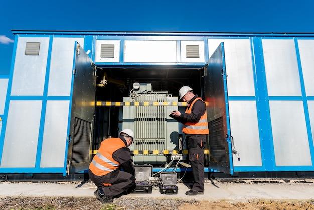 Execução de trabalhos de medição elétrica no transformador de potência