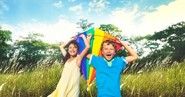 Executando a criança atividade de lazer jogando felicidade menino