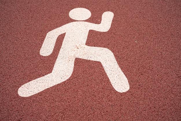 Executar o sinal, placa de rua de pedestres em um caminho em execução