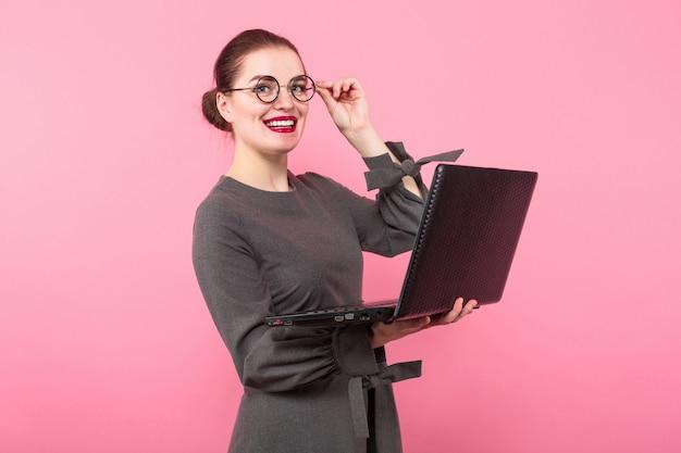 Executiva, com, coque cabelo, e, laptop