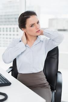 Executiva, com, dor pescoço, sentando, em, escritório