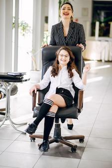 Executiva, com, filha, em, escritório