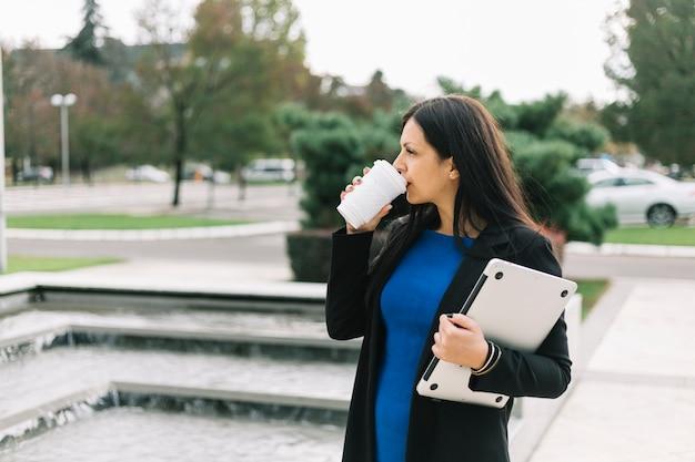 Executiva, com, laptop, café bebendo, em, ao ar livre