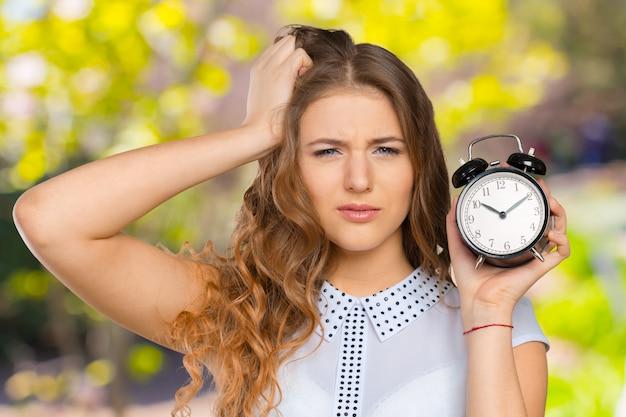 Executiva, com, relógio, atrasado, para, dela, deliverables