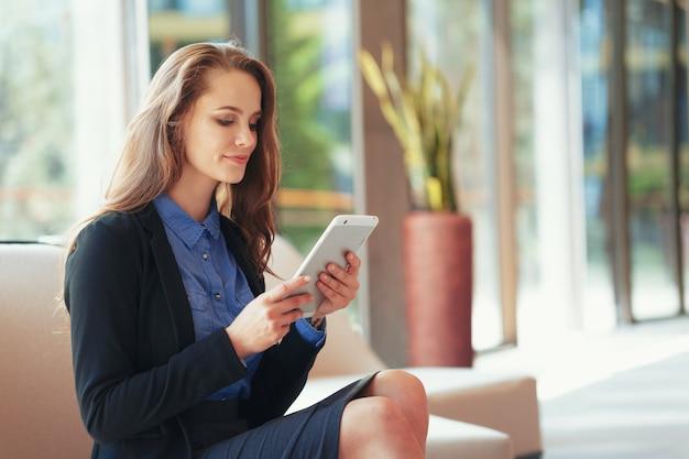 Executiva, com, tablete digital, em, escritório