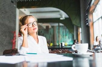 Executiva, desgastar, óculos, sentando, em, restaurante
