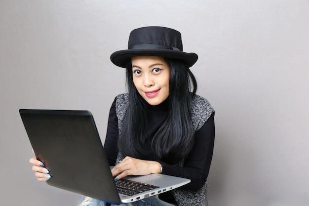 Executiva, encantador, bonito, pele bronzeada asiático, negócio, chic mulher, trabalho mão, ligado, laptop