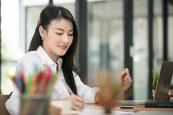 Executiva, escrita, enquanto, trabalhando, com, laptop, em, dela, escrivaninha, em, modernos, escritório