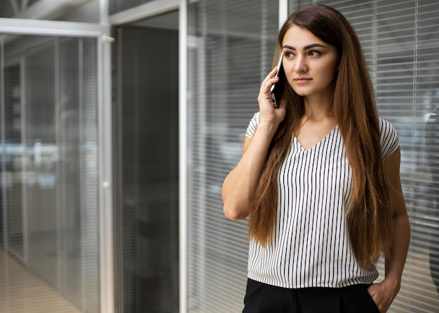 Executiva, falando ao telefone