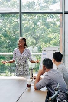 Executiva, falando em reunião