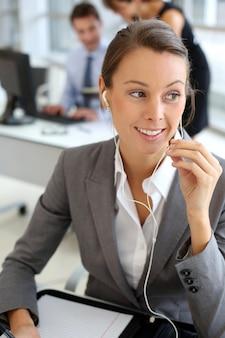 Executiva, falando telefone móvel, com, handsfree, dispositivo