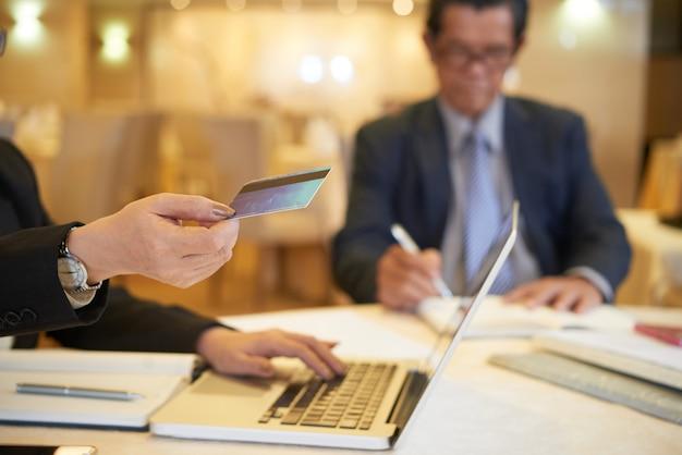 Executiva, fazendo pedidos online