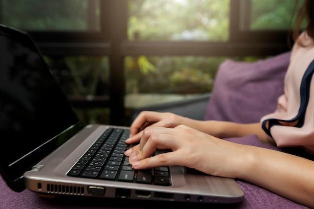 Executiva, mãos, ligado, laptop, em, escrivaninha escritório