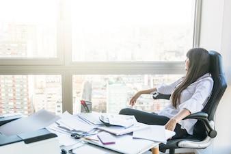 Executiva, olhar janela, sentando, escritório