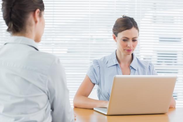 Executiva, olhar, laptop, durante, entrevista