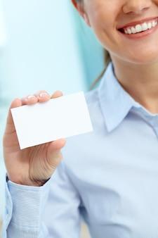 Executiva, segurando um cartão em branco