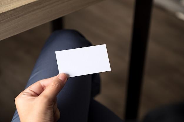 Executiva, segurando, um, vazio, cartão negócio, enquanto, sentando, em, escritório