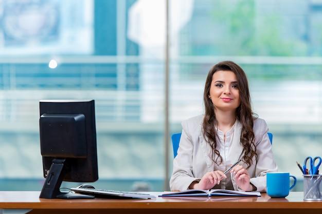 Executiva, sentando, em, a, escrivaninha escritório