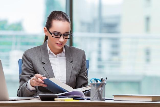 Executiva, sentando, em, dela, escrivaninha, em, conceito negócio