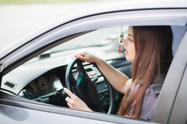 Executiva, sentando, em, motoristas, assento, em, dela, car